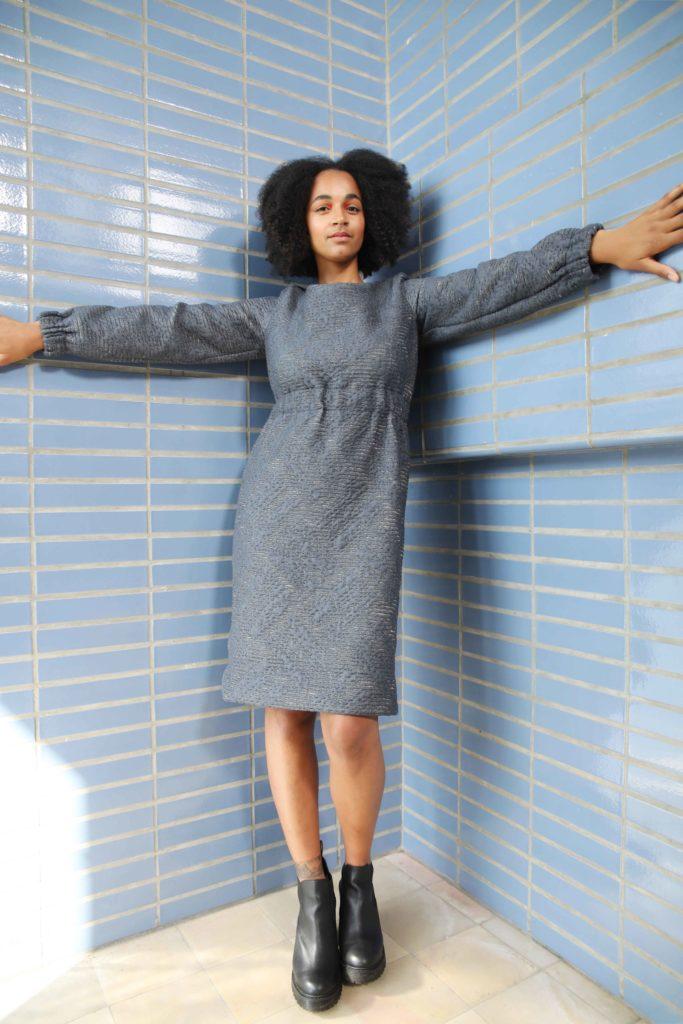 Studio AMA _ CHARLIE dress donkerblauw textuur portrait _ foto Annelie Vandendael