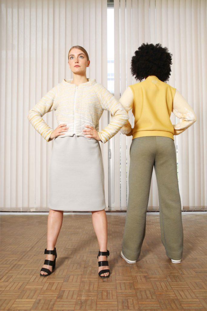 Studio AMA _ DELTA jacket tijger - CHARLIE dress grijs - GOLF bomberjacket geel - FOXTROT groen _ foto Annelie Vandendael