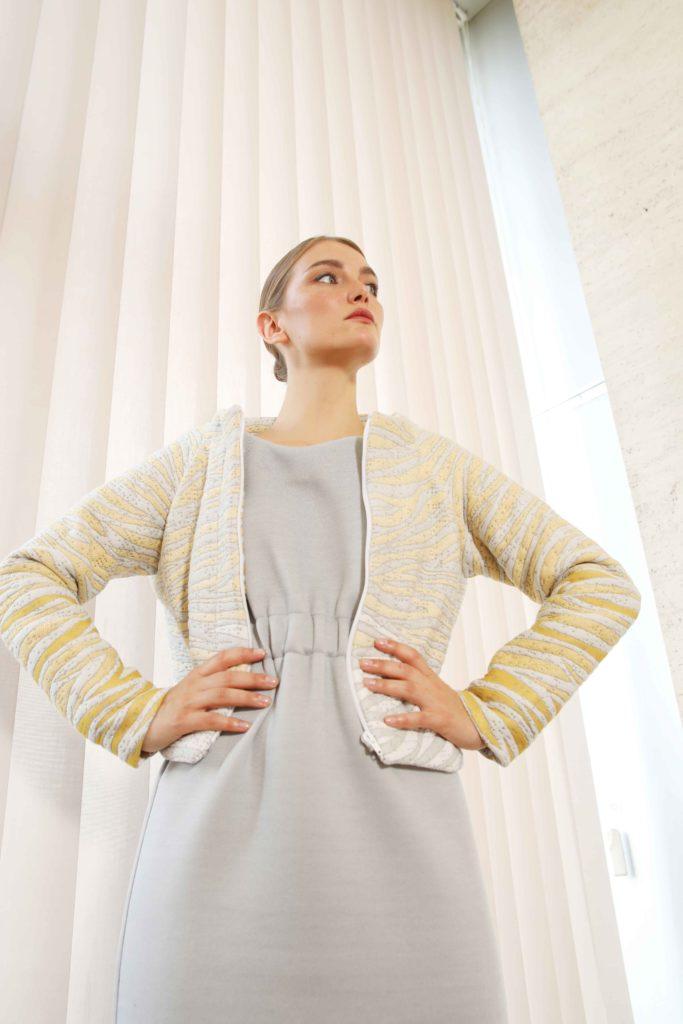 Studio AMA _ DELTA jacket tijger - CHARLIE dress grijs _ foto Annelie Vandendael