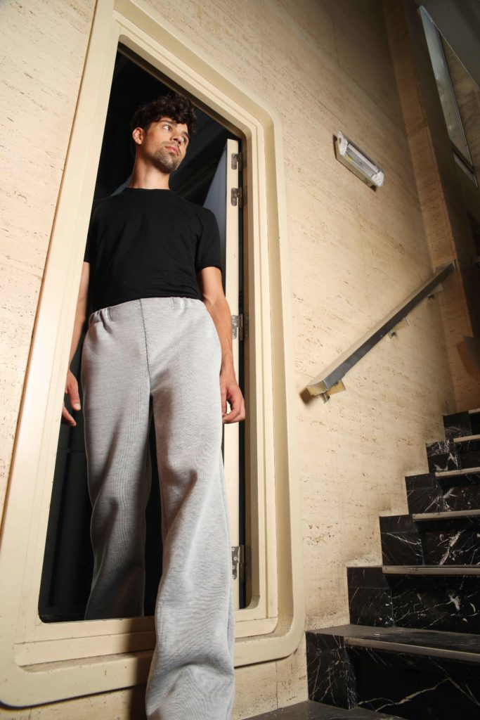 Studio AMA _ FOXTROT trousers lichtgrijs _ foto Annelie Vandendael